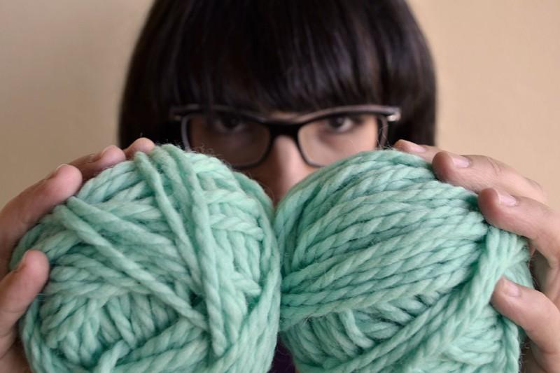 cómo hacer un ovillo de una madeja de lana