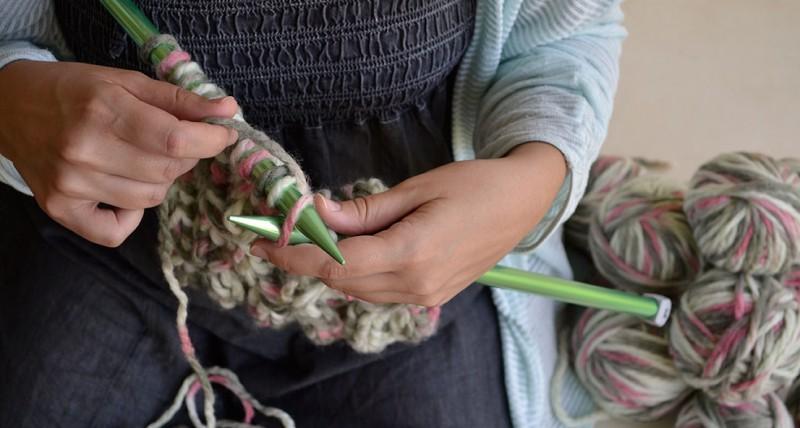 la manta de la vida tejiendo para siria